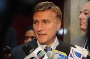 James Brewster,Embajador de Estados Unidos.