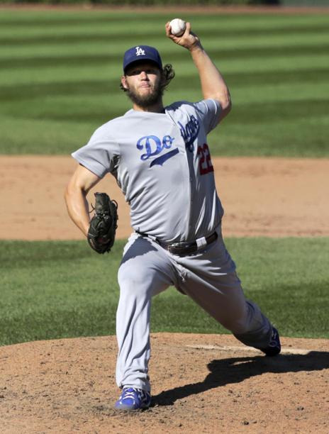 Clayton Kershaw de los Dodgers de Los Angeles lanza en el quinto inning ante los Cachorros de Chicago, el viernes 19 de septiembre de 2014.