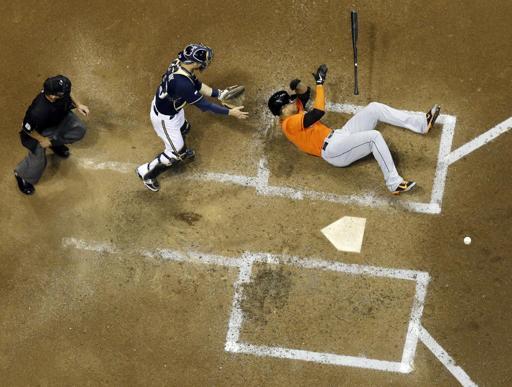 El jugador de los Marlins, Giancarlo Stanton, cae al ser golpeado por un lanzamiento.
