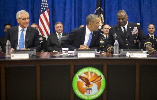En esta foto del 17 de septiembre de 2014 el presidente Barack Obama (centro) con el secretario de Defensa, Chuck Hagel (izquierda) y y el general Lloyd J. Austin III (derecha).