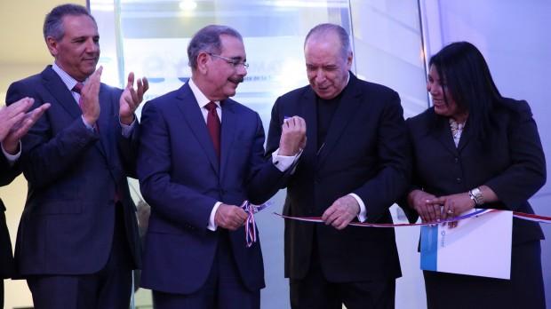 Presidente Danilo Medina deja inaugurado centro de radioterapia modular.