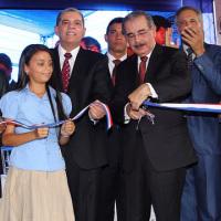 Danilo Medina inaugura escuelas en Villa Tapia.