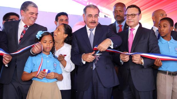 Presidente Danilo Medina inaugura escuelas.