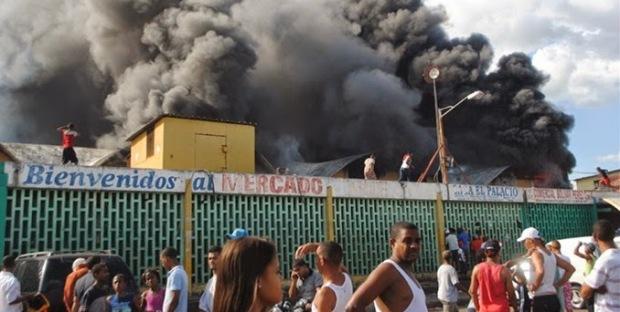 Fuego destruye nave principal del Mercado Nuevo de la avendia Duarte.