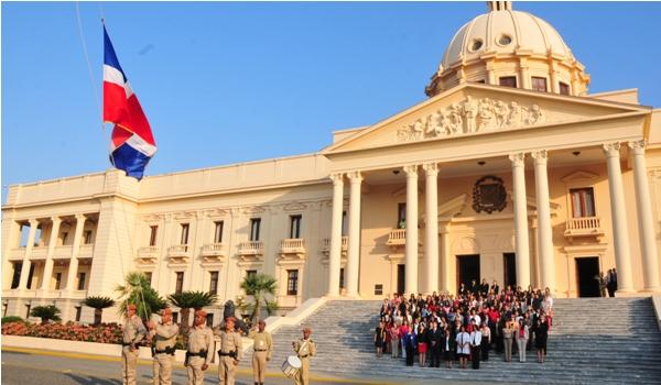 Izamiento de bandera en el Palacio Nacional.