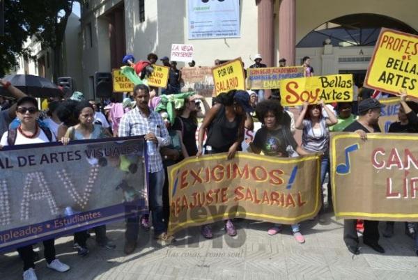 Artistas realizan marcha en reclamo de aumento salarial y otras peticiones.