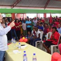 SANTIAGO.- El candidato presidencial del PRSC, Quique Antun, habla en un acto en el Distrito Municipal de Hato del Yaque.