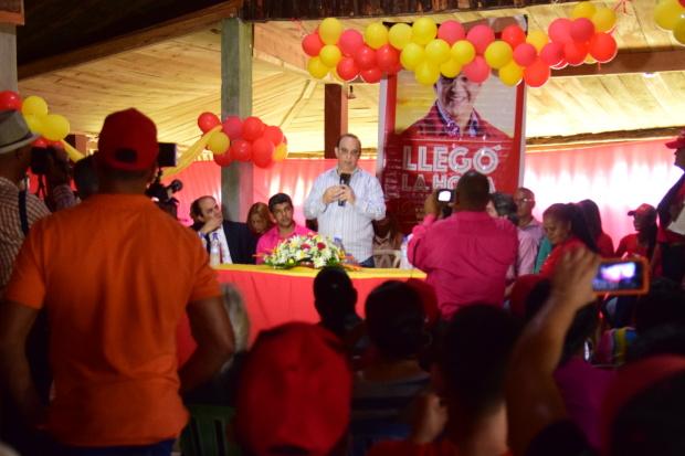 (foto) SANTIAGO.- El candidato presidencial reformista habla en un acto en la comunidad de El Caimito
