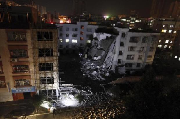 Una vista de un edificio parcialmente colapsado tras una explosión provocada por aparatos enviados por correo en el condado de Liucheng  en la región autónoma de China Guangxi Zhuang el miércoles 30 de septiembre de 2015. Un residente local de 33 años fue identificado como el resposnable de la serie de explosiones en una ciudad en el sur de china contra edificios públicos que dejaron siete muertos.(Chinatopix Via AP) CHINA OUT