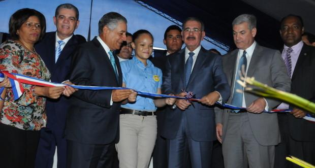 Danilo Meina inaugura escuela en Villa Consuelo.