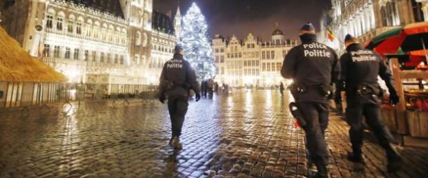 Policías patrullan la Grand Place en el centro de Bruselas, Bélgica, el lunes 23 de noviembre de 2015, tras los recientes atentados de París. Los estadounidenses deberían mantenerse alerta ante posibles riesgos en sus viajes, en especial durante la temporada navideña, tras las crecientes amenazas terroristas en todo el mundo, advirtió el lunes el Departamento de Estado. (Foto AP/Michael Probst)