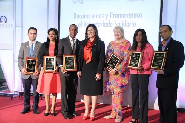 El primer grupo de 14 voluntarios reconocidos por la Vicepresidenta.