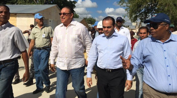 Robert De la Cruz, asistente de Medina, supervisa trabajo ejecuta la CAASD en El Arrozal.