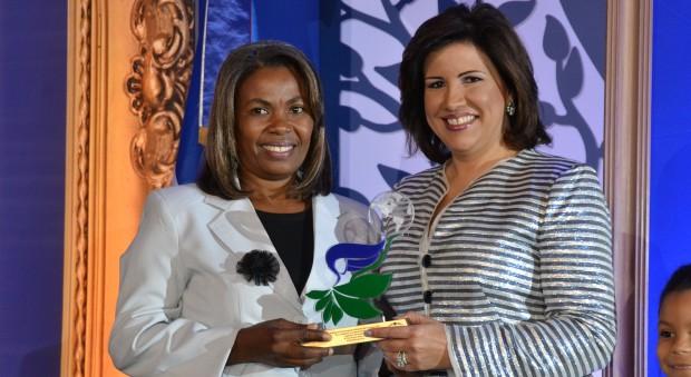 Flor de la Cruz recibe reconocimiento de la Vicepresidenta.