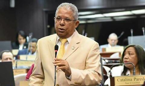 Diputado rechaza proyecto excluye fechas patrias de marzo.