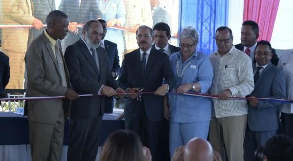 Presidente Medina entrega centro de salud y una escuela en Montecristi.